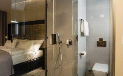 PREMIUM hotel vybaven podlahovými žlaby UNIDRAIN® a skleněnými zástěnami UNIQ